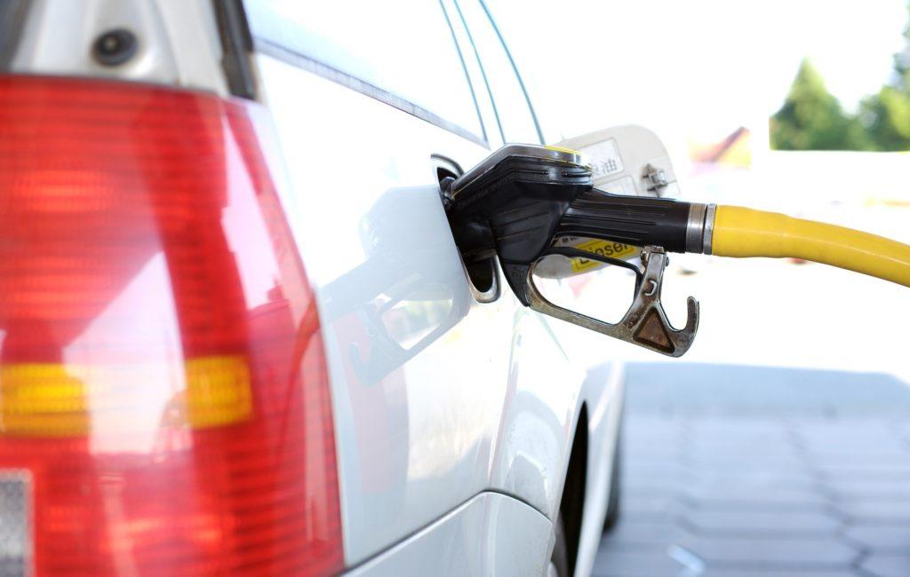 給油する車