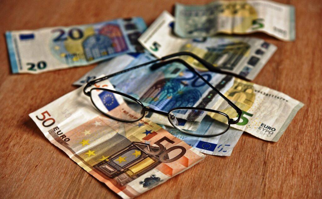 現金と眼鏡