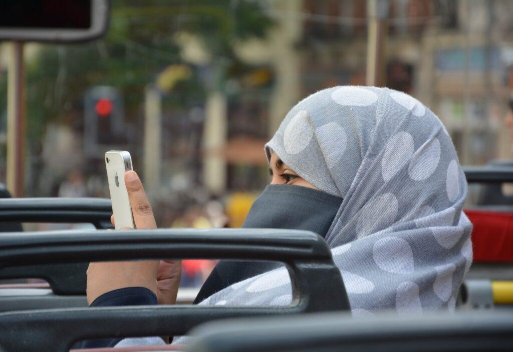 ヒジャブ (イスラム女性信者のスカーフ)禁止令は合法?